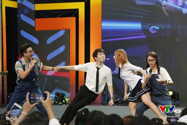 Khởi My và Kelvin Khánh tham gia một thử thách hài hước do hai MC đưa ra