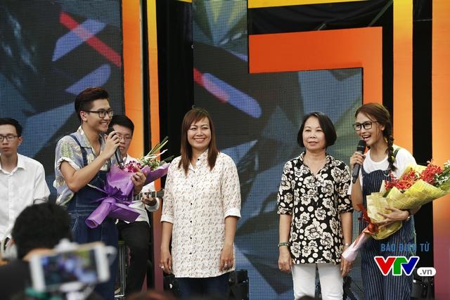 Mẹ Kelvin Khánh (trái) và mẹ Khởi My (phải) xuất hiện trên sân khấu cùng 2 MC.