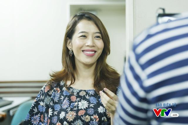 Biên tập viên Diệp Chi thực hiện một chương trình hậu trường của buổi casting.