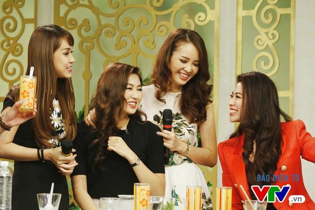 Bốn người đẹp rất vui khi cùng xuất hiện trong cùng một chương trình