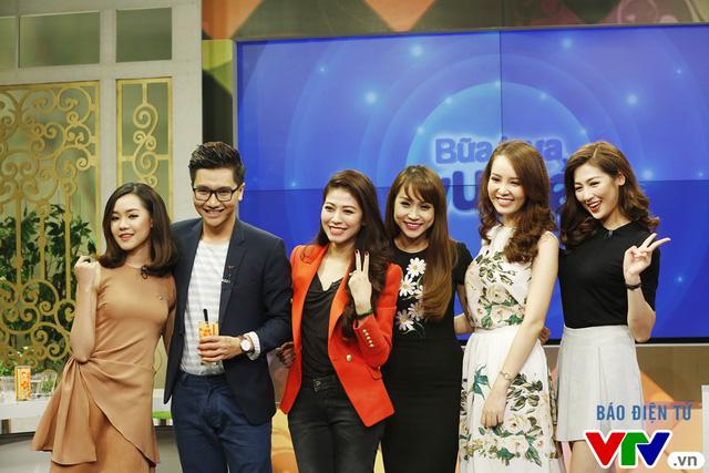 Các khách mời chụp bức ảnh check-in thứ 2 trong chương trình.