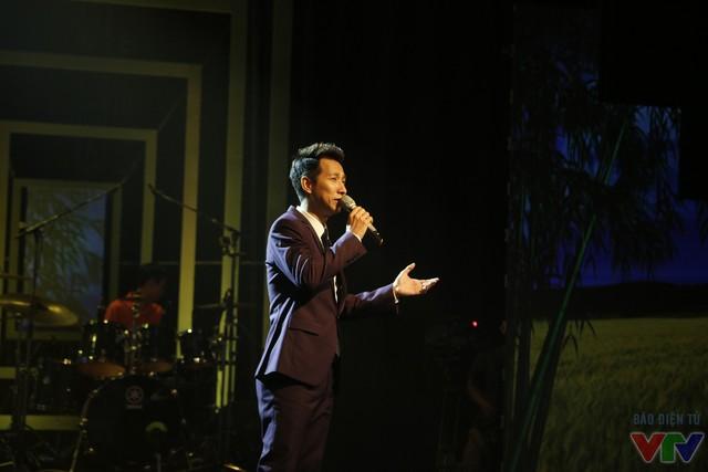 Lê Anh Dũng trình bày ca khúc Nắng ấm quê hương.