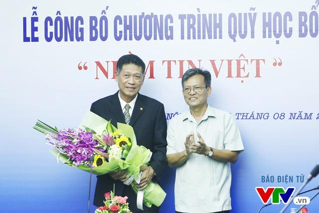 Ông Phạm Văn Quang - Phó Bí thư thường trực Đảng ủy, Chủ tịch Quỹ Tấm lòng Việt, Đài Truyền hình Việt Nam trao hoa tặng đại diện EVN