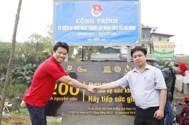Đại diện công ty TNHH Kinh Doanh Lốp Xe Bridgestone Việt Nam trao bảng chứng nhận cho ông Đặng Quang Hải - Phó Chủ tịch UBND phường Vạn Phúc