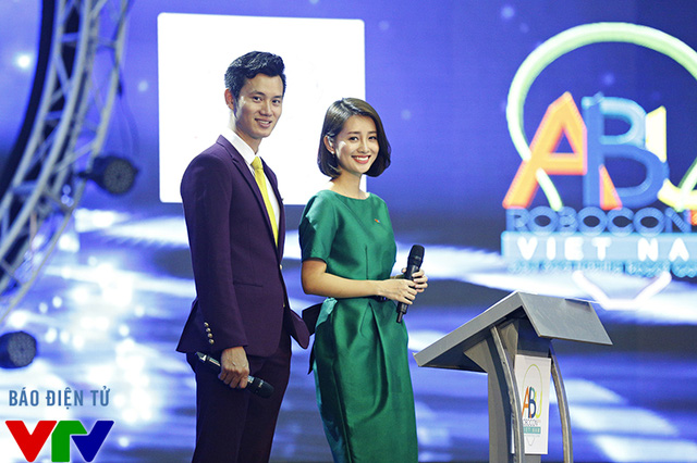 MC Quỳnh Chi đồng hành cùng MC Mạnh Tùng - một gương mặt MC mới của mùa Robocon năm nay
