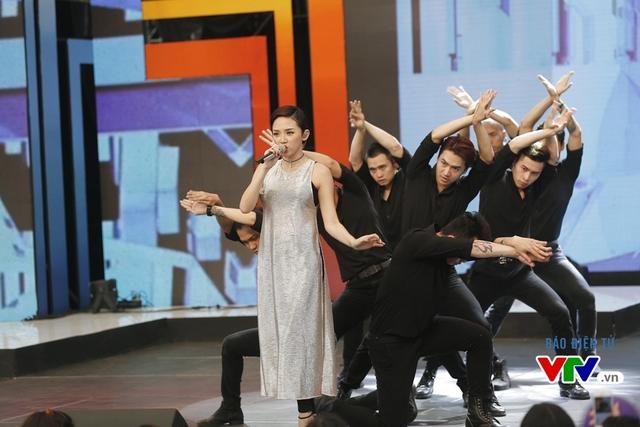 Tóc Tiên mở màn chương trình với tiết mục Big Girl Dont Cry.