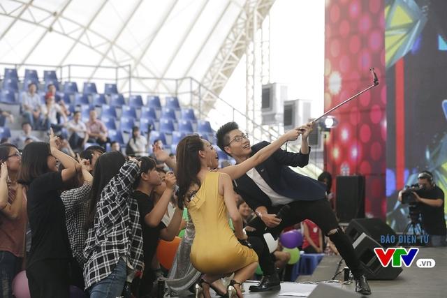 Tóc Tiên chụp ảnh checkin cùng các fan