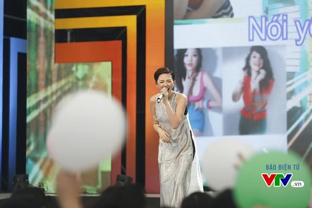 Tóc Tiên thể hiện ca khúc Tình ca. Đây là bài hát cô từng song ca cùng ca sĩ Wanbi Tuấn Anh.