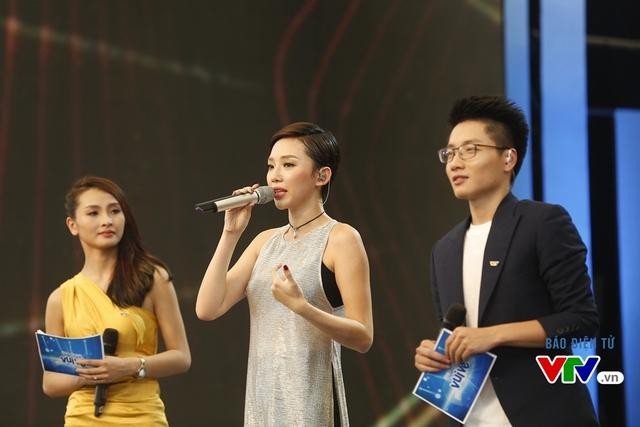 Kết thúc phần trình diễn này, Tóc Tiên không kìm được cảm xúc. Cô đã khóc khi nhớ về người đàn anh.