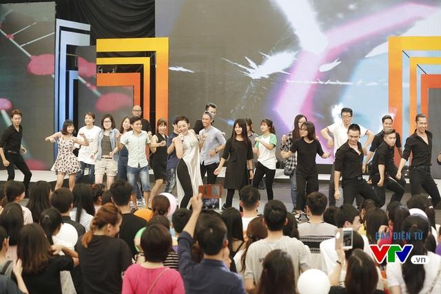 Tóc Tiên nhảy vũ điệu cồng chiêng cùng các fan