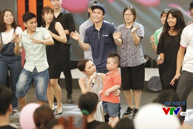 Một khán giả nhí lên sân khấu khi Tóc Tiên đang nhảy cùng các fan