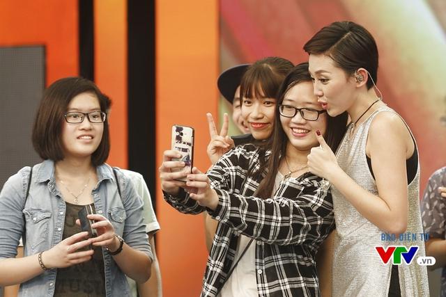 Tóc Tiên chụp ảnh selfie cùng fan.