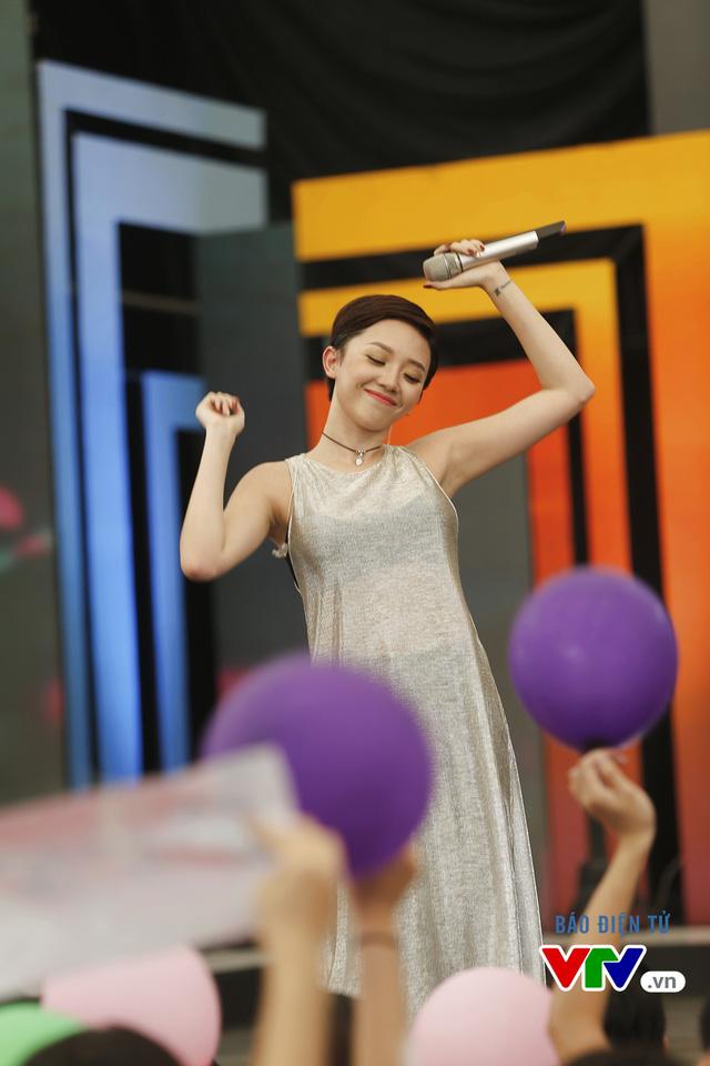 Nữ ca sĩ rất nhí nhảnh và thân thiện khi giao lưu cùng khán giả