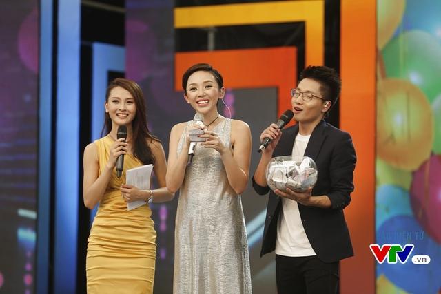 Tham gia chương trình lần này, Tóc Tiên đã nhận được những tin nhắn chúc mừng sinh nhật từ nhiều fan. Trong hình, cô đọc một trong số những lời chúc mừng được gửi tới chương trình.