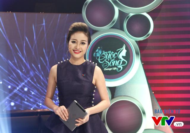 Thời gian gần đây, MC Phí Linh đã quyết định thay đổi ngoại hình bằng mái tóc ngắn. Trong một cuộc trò chuyện với VTV News, MC Phí Linh chia sẻ: Đó đơn giản là cách mình làm mới bản thân. Bất kỳ một MC nào khi đứng trước ống kính máy quay đều luôn muốn hình ảnh trở nên tươi mới trong lòng quý vị khán giả.