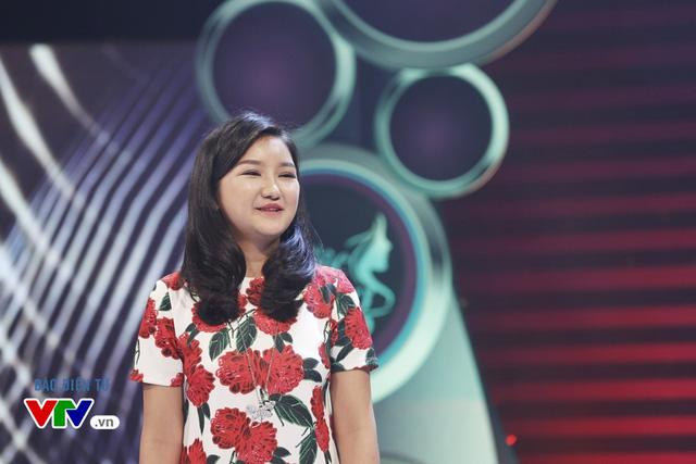 Cô đã rất tự tin khi nở nụ cười và trò chuyện cùng hai MC của chương trình