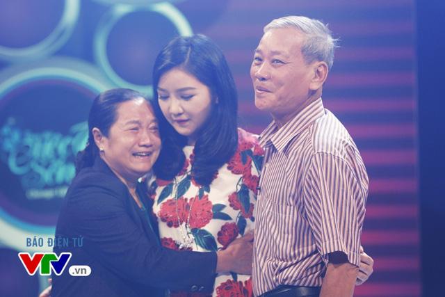 Cha mẹ Phương Nhã xúc động khi thấy con gái thay đổi xinh đẹp hơn.
