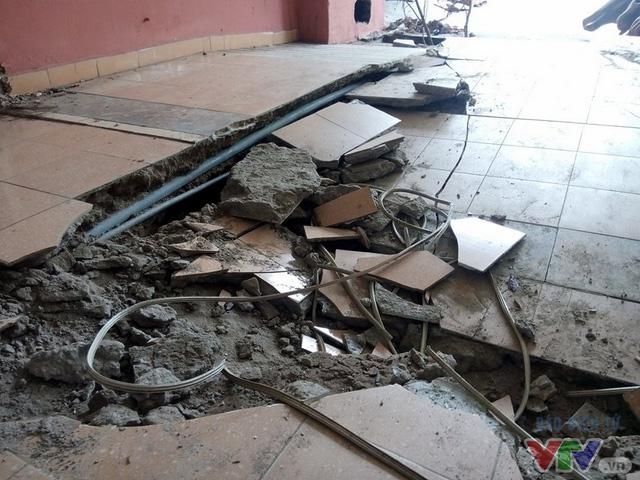 Tình trạng sụt lún làm đứt gãy một số ống nước, dây cáp của hầu hết các hộ dân sống trong toàn nhà chung cư N5.