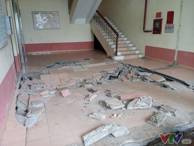 Mảng diện tích sàn tầng 1 chừng 20m2 bất ngờ sụt lún. Tòa nhà này thuộc diện khu tái định cư, không có tầng hầm.