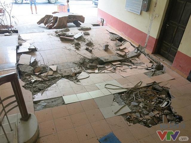 Hiện trường vụ sụt lún sàn sảnh ra vào chung cư N5, Đồng Tàu.