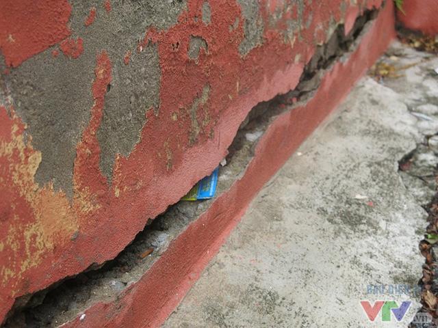 Chân tường tòa nhà N6 lộ rõ vết rạn nứt, sơn tường bong tróc.
