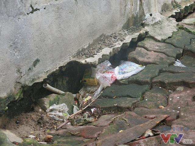 Không chỉ tòa nhà N5, chân tường bên ngoài tòa nhà N6, Đồng Tàu cũng bị lún, nứt dài hàng mét.