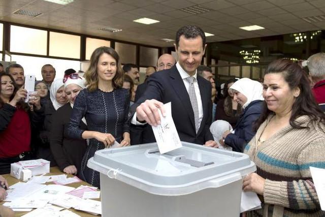 Tổng thống Assad cùng phu nhân cũng đã có mặt để bỏ phiếu trong ngày bầu cử lần 2. (Ảnh: Reuters)