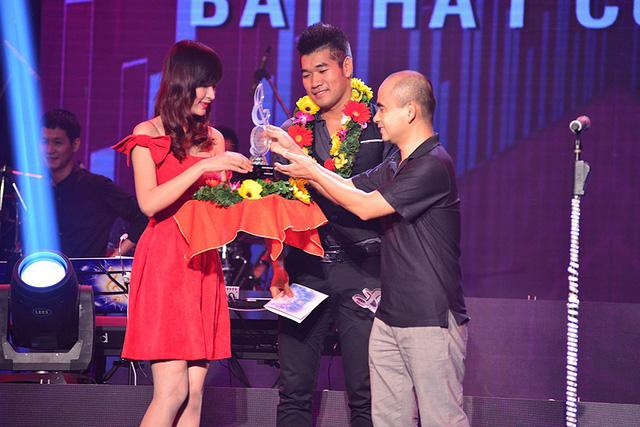 Tạ Quang Thắng nhận giải trên sân khấu Bài hát Việt. (Ảnh: BHV)