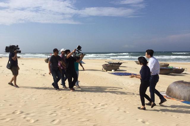 Ê-kíp ghi hình tại bãi biển xã Bình Minh, nơi mà mỗi độ tháng 5, gia đình các ngư dân thiệt mạng do cơn bão lại làm mâm cơm cúng vọng ra biển khơi.
