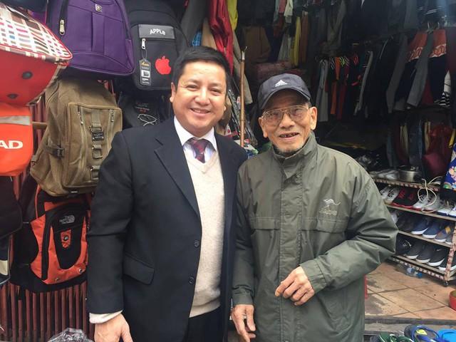 NSƯT Chí Trung đến thăm NSƯT Trần Hạnh tại cửa hàng của ông ở Trần Quý Cáp. Ảnh: PCT.