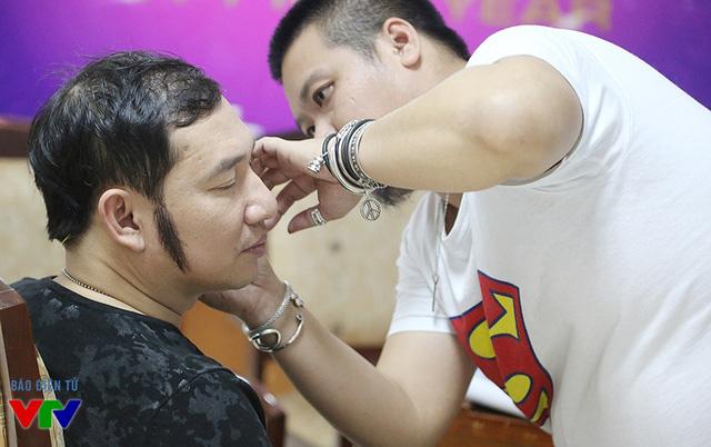 Quang Thắng đang được nhân viên hóa trang chỉnh trang nhan sắc.