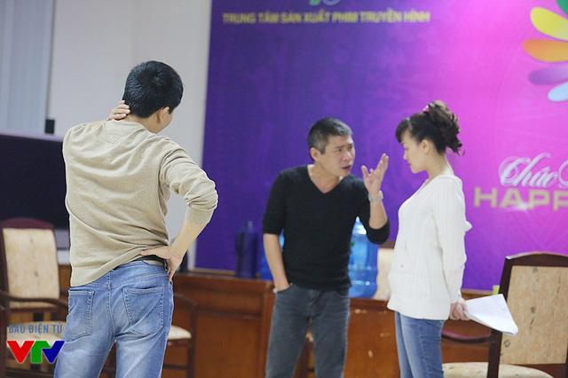 Đạo diễn Đỗ Thanh Hải theo dõi một phần tập của nghệ sĩ Công Lý và Vân Dung