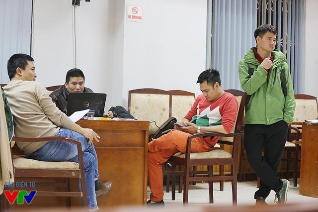Đạo diễn Đỗ Thanh Hải và NSƯT Xuân Bắc theo dõi phần tập giữa NSƯT Công Lý và Vân Dung