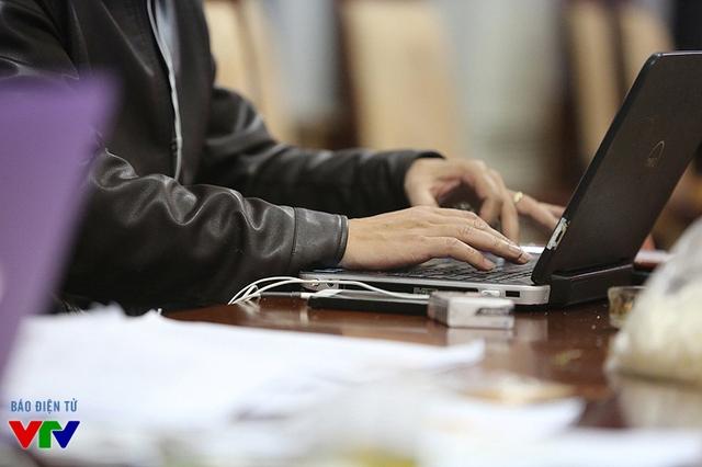 Mỗi buổi tập của Táo quân luôn có 3 thư ký chịu trách nhiệm cập nhật, sửa đổi kịch bản cũng như nhắc thoại cho các diễn viên.