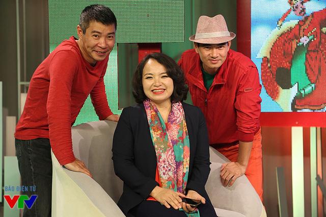 NSƯT Công Lý và diễn viên Xuân Bắc chụp ảnh chung với người dẫn chương trình Cà phê sáng, nhà báo Hồng Cư.