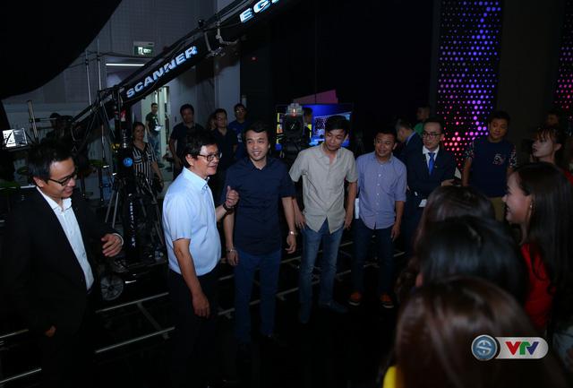 Tổng Giám đốc Đài THVN Trần Bình Minh (áo trắng) trao đổi cùng Nhà báo Phan Ngọc Tiến, Trưởng ban Sản xuất các chương trình Thể thao tại trường quay S14.