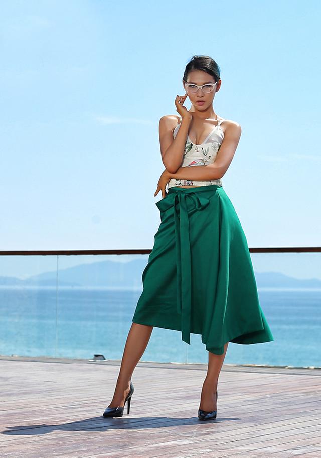 Diệp Linh Châu cũng cho thấy khả năng không thua kém bạn đồng hành dù cô không phải là người mẫu chuyên nghiệp.