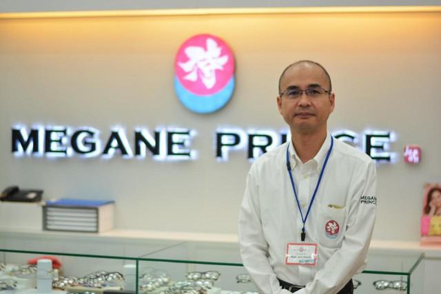 Ông Nagahama Hiroshi – giám đốc của nhãn hiệu kính Megane Prince tại AEON MALL Long Biên luôn trực tiếp đo mắt, gia công, sửa kính và tư vấn cho khách hàng.