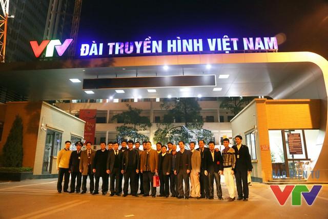 Tổng Giám đốc Trần Bình Minh chụp ảnh lưu niệm cùng các cán bộ Đài THVN trong đêm giao thừa Tết Bính Thân