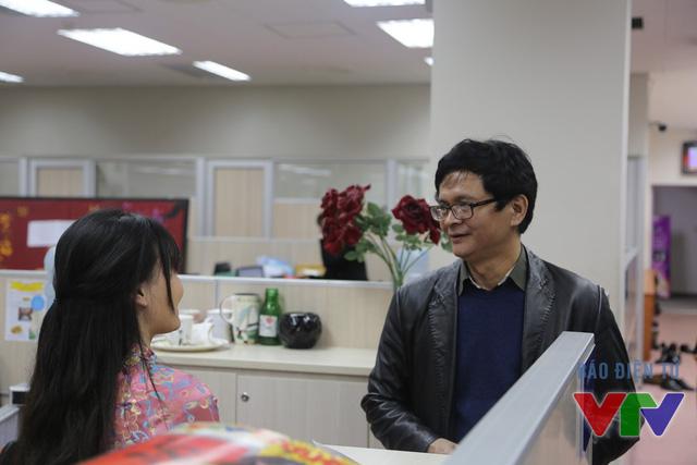 Tổng Giám đốc Trần Bình Minh lắng nghe chia sẻ của một BTV Ban Thời sự trong phiên trực ngày đầu năm mới Bính Thân.