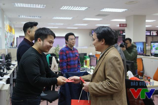 Phó Tổng Giám đốc Phạm Việt Tiến (áo vàng) mừng tuổi đầu năm cho các kỹ thuật viên Ban Thời sự, Đài THVN.