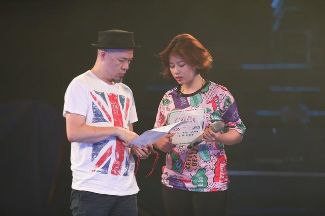 Thảo Nhi trao đổi cùng giám đốc âm nhạc Huy Tuấn.
