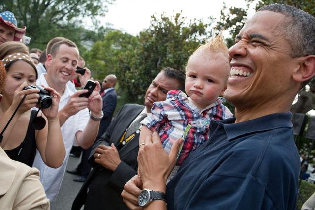 Nụ cười hết cỡ của ông Obama bên cạnh gương mặt phụng phịu cực yêu của cổ động viên nhí bên cạnh