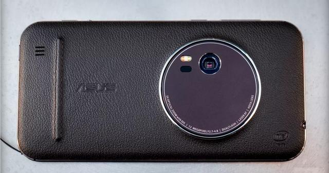 Với độ phân giải 13MegaPixel kết hợp tính năng zoom quang học 3x, cảm biến lấynét tự động bằng Laser siêu tốc 0.03s, đèn Flash LED kép Real Tone và khả năng chống rung quang học OIS, chụp hình bằng camera của ZenFone Zoom được giới thiệu không kém các máy ảnh chuyên nghiệp (Ảnh: The Verge)