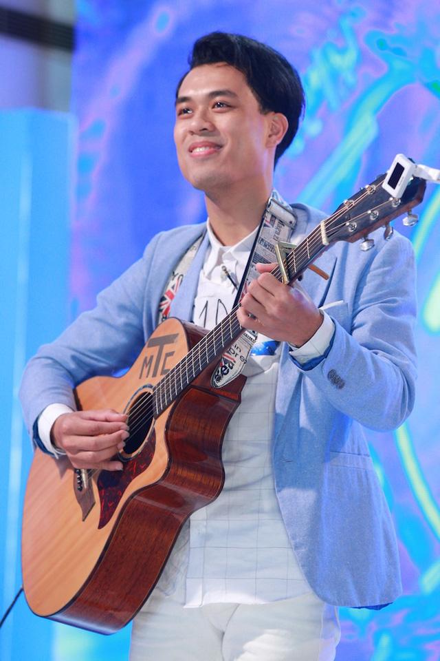 Chàng trai Phan Tuấn Anh lãng tử với cây đàn guitar. Anh chinh phục các giám khảo với ca khúc gây sốt Em là bà nội của anh.