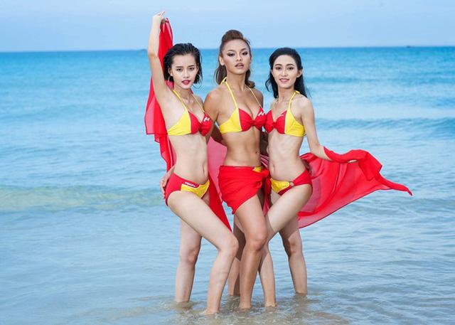 Với trang phục bikini hai mảnh đỏ vàng rực rỡ, đội Lan Khuê khoe đường cong nóng bỏng, trẻ trung.