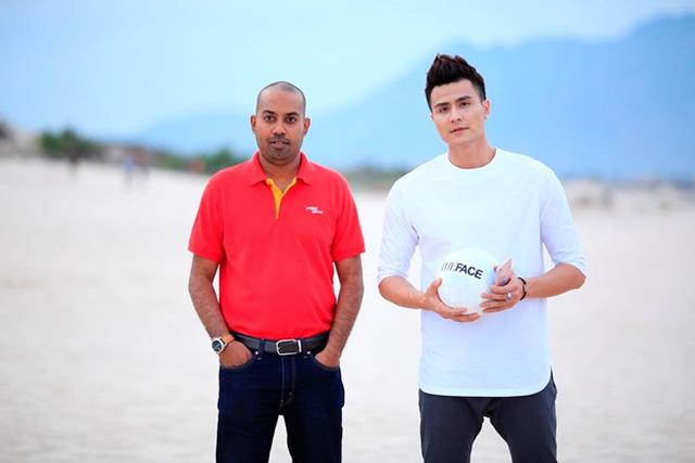 Ông Jay L Lingeswara (trái), Phó Giám đốc Thương mại Vietjet là người công bố thử thách nhóm trong tập 4.