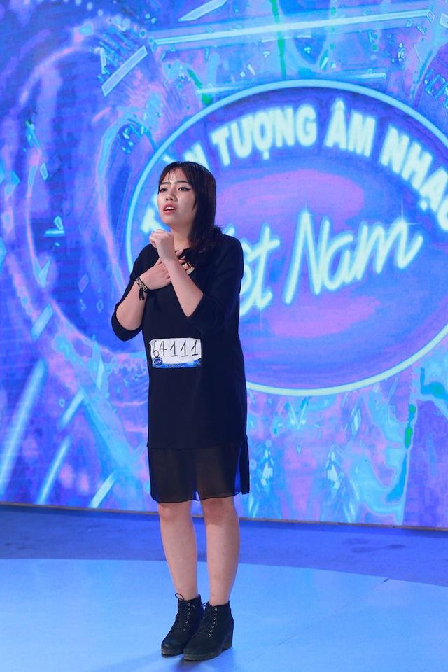 Trần Thị Thu Huyền mới 19 tuổi nhưng cũng cho thấy gu âm nhạc riêng khi thể hiện ca khúc Oh Darling của ban nhạc huyền thoại The Beatles.
