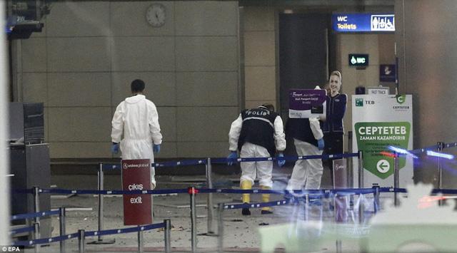 Cảnh sát tiếp tục tìm kiếm thiết bị nổ tại sân bay.