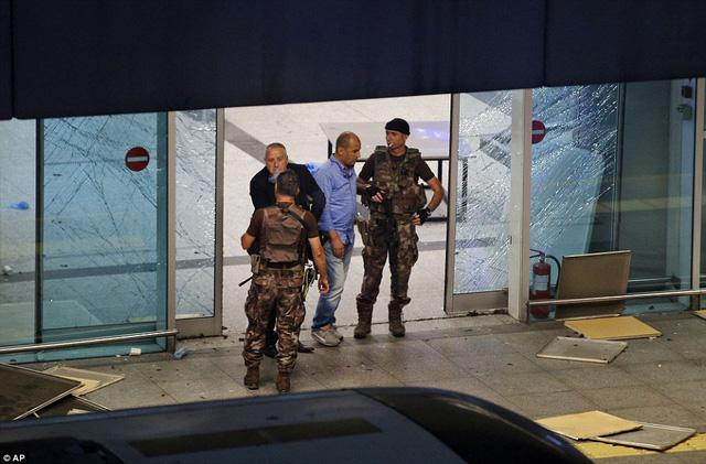 Cảnh sát tiếp tục phong tỏa hiện trường để phòng trừ các vụ tấn công có thể xảy ra.